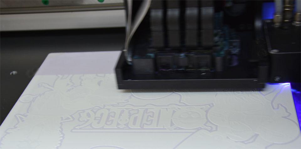Τεχνολογία εκτύπωσης UV με λευκό χρώμα